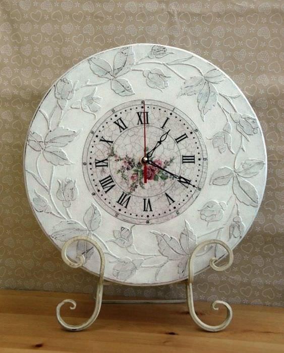 идея яркого декорирования часов своими руками