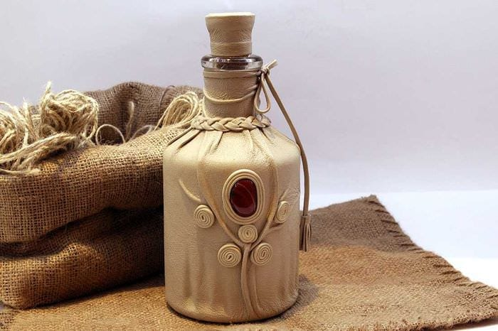 вариант оригинального декора стеклянных бутылок из кожи своими руками
