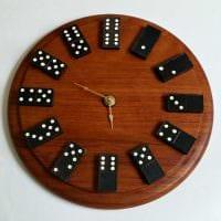 вариант красивого декорирования настенных часов своими руками картинка