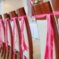 идея светлого украшения стульев картинка
