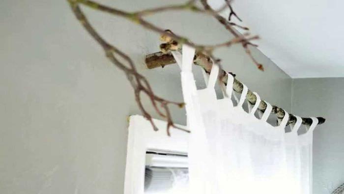 вариант оригинального декора комнаты деревом своими руками