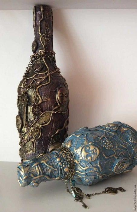 вариант яркого декорирования бутылок из кожи своими руками