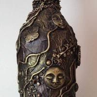 идея яркого украшения бутылок из кожи своими руками фото