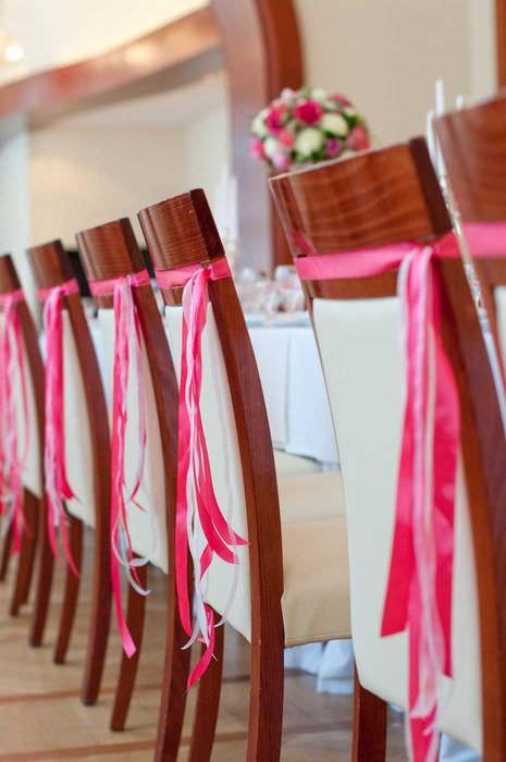 идея шикарного декорирования стульев своими руками