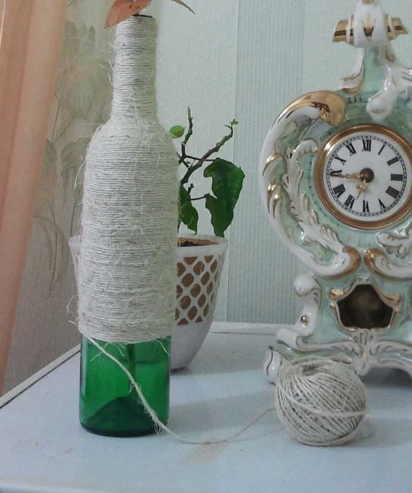 идея яркого оформления стеклянных бутылок шпагатом