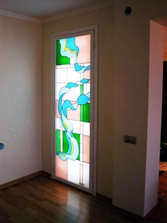 мозаичный витраж в дизайне дома