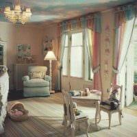 светлое оформление потолка аксессуарами фото