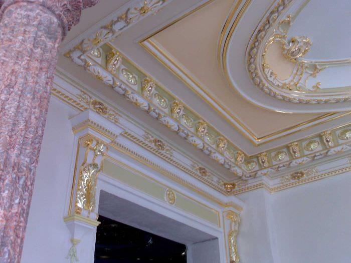 красивое украшение потолка рисунком