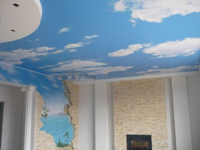 классическое украшение потолка аксессуарами