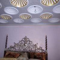 светлое украшение потолка дополнительном светом фото
