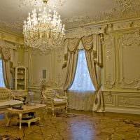 светлое украшение потолка аксессуарами фото