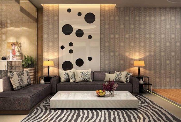 сочетание ярких обоев в декоре гостиной