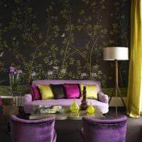 комбинирование ярких обоев в интерьере гостиной картинка