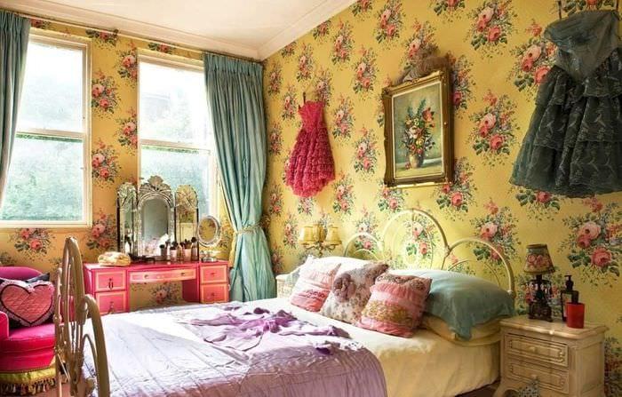 сочетание темных штор в декоре спальни