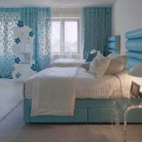 комбинирование ярких штор в интерьере гостиной картинка
