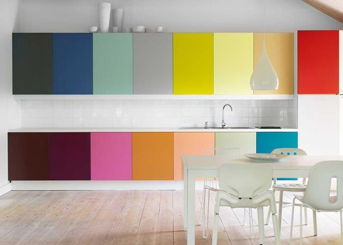 сочетание темных цветов в фасаде кухни