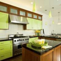 комбинирование ярких оттенков в фасаде кухни картинка