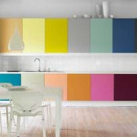 комбинирование светлых оттенков в интерьере кухни картинка