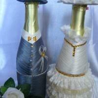 яркое декорирование стеклянных бутылок декоративными ленточками картинка