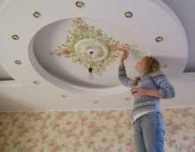 яркое оформление потолка дополнительном светом картинка
