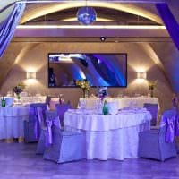 необычное декорирование свадебного зала ленточками картинка