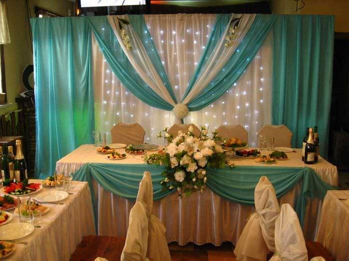 светлое декорирование свадебного зала цветами