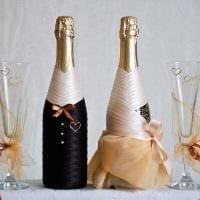 необычное украшение стеклянных бутылок декоративными ленточками фото