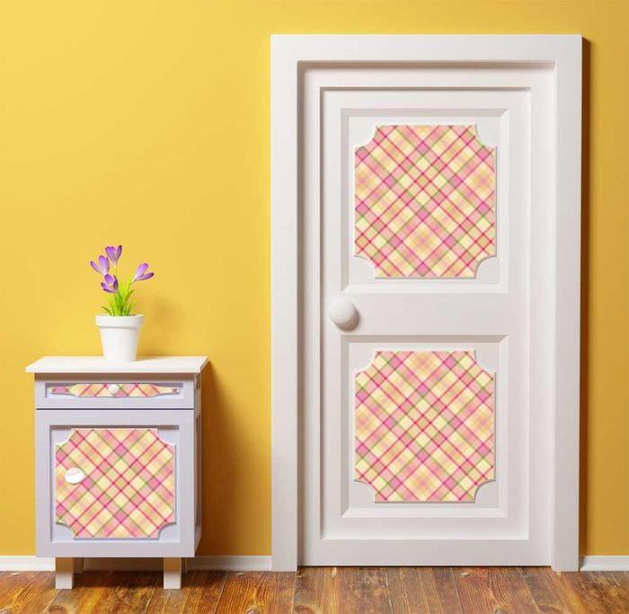 необычное декорирование межкомнатных дверей подручными материалами
