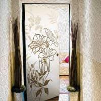 необычное декорирование дверей подручными материалами картинка