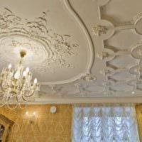 яркое украшение потолка рисунком фото