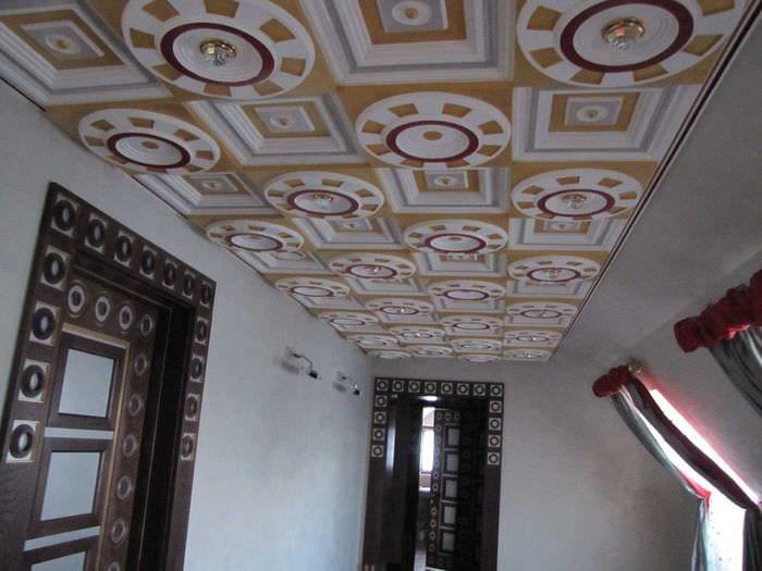 красивое оформление потолка рисунком