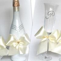 шикарное декорирование бутылок шампанского декоративными ленточками картинка