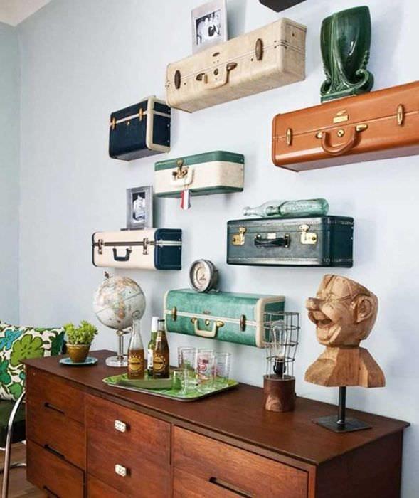 красивый дизайн комнаты со старыми чемоданами