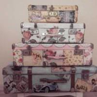 необычный интерьер спальни со старыми чемоданами картинка