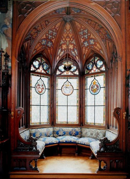 яркий интерьер спальни в готическом стиле