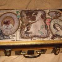 оригинальный интерьер комнаты со старыми чемоданами картинка