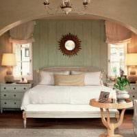 яркий интерьер спальни со старыми досками фото