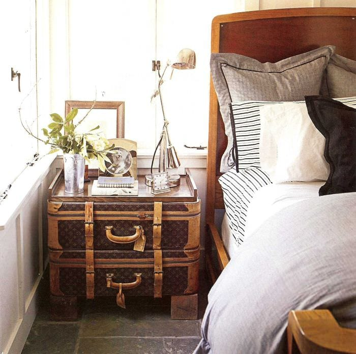 светлый декор спальни со старыми чемоданами