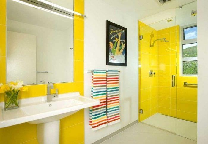 красивый дизайн гостиной в горчичном цвете