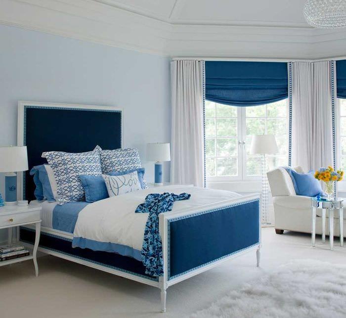 яркий декор спальни в голубом цвете