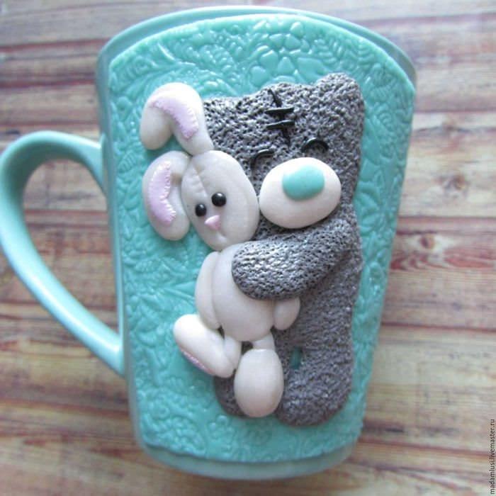 оригинальное оформление кружки животными из полимерной глины своими руками