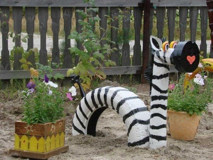 яркое украшение садового участка подручными материалами