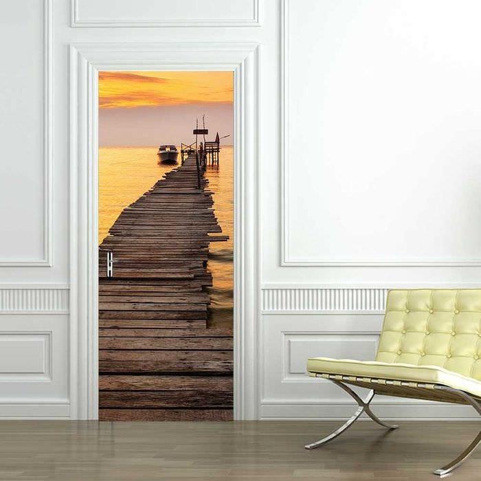 необычное украшение входных дверей подручными материалами