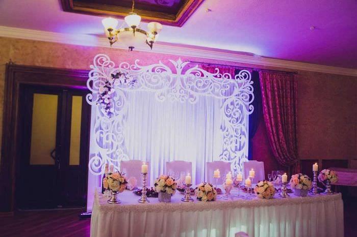 красивое украшение свадебного зала цветами