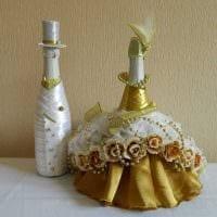 оригинальное декорирование бутылок разноцветными ленточками картинка