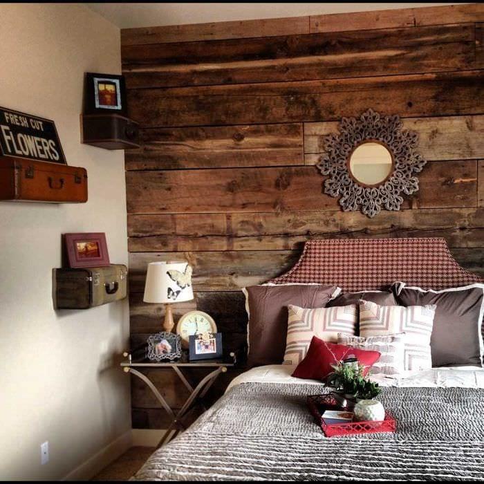 светлый интерьер квартиры со старыми чемоданами