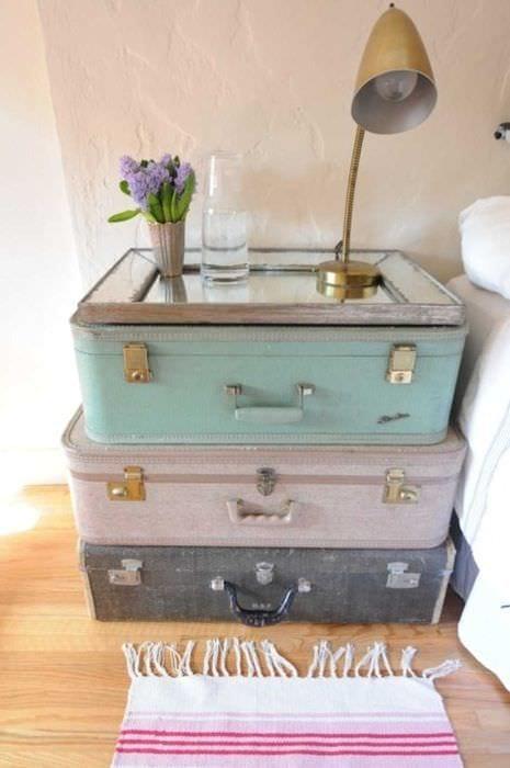 оригинальный интерьер комнаты со старыми чемоданами