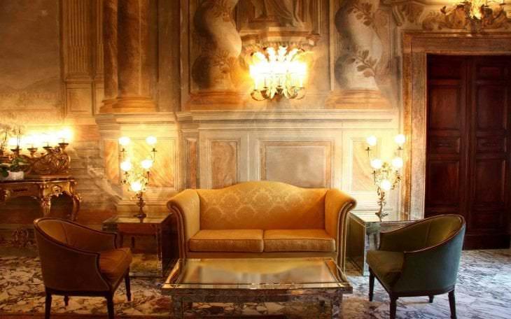 темный декор гостиной в викторианском стиле