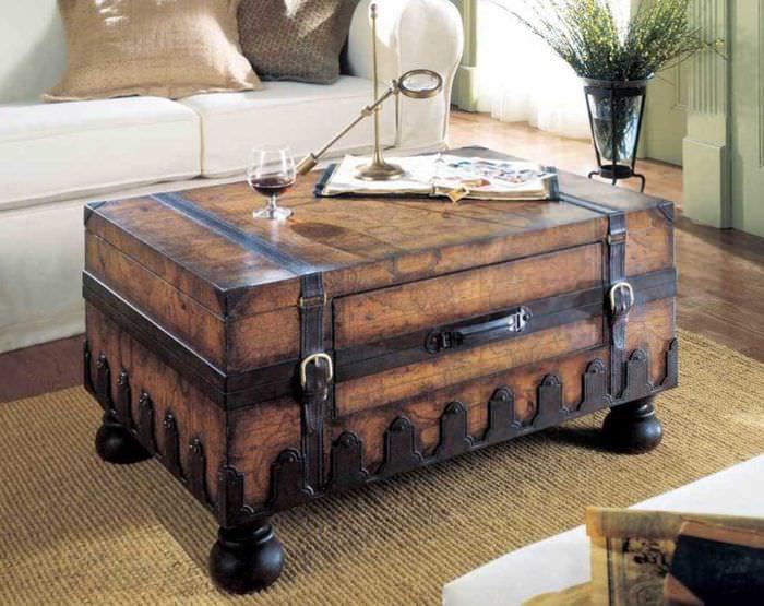 яркий декор гостиной со старыми чемоданами