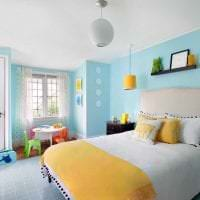 яркий интерьер гостиной в горчичном цвете фото